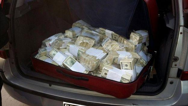 Pequeños fajos de dinero encontrados en el interior de un automóvil que supuestamente conducía López.