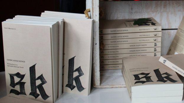 Wilkerson Jr. escribió un libro el año pasado cuya portada fue diseñada por el rapero estradounidense Kanye West. Varios ejemplares estaban a la venta durante la conferencia de la iglesia en Miami.