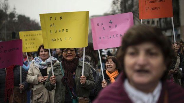 Varios manifestantes piden el regreso al antiguo sistema pensional.