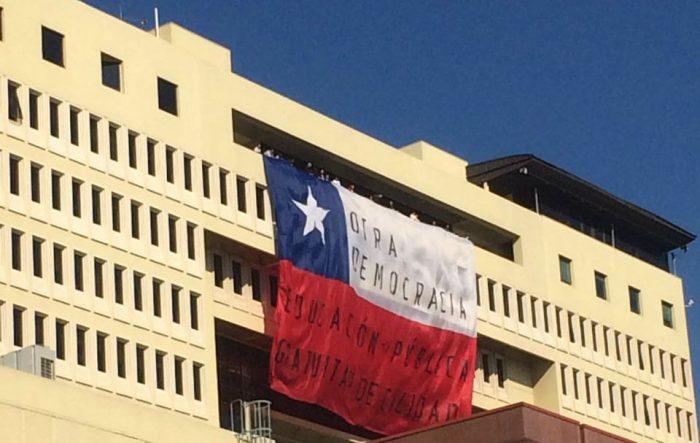 Estudiantes despliegan bandera gigante en el Congreso:
