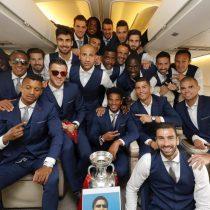 Miles de portugueses reciben a su selección en aeropuerto de Lisboa