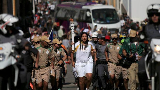 La antorcha avanza hacia Río en medio de una fuerte escolta policial.