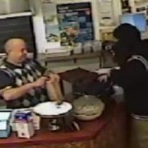 [VIDEO] La técnica del asaltante ignorado: entra encapuchado y con arma en su local, pero ni lo pesca