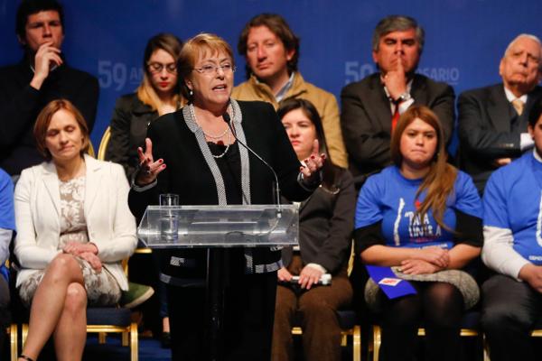"""Bachelet pide unidad a la Nueva Mayoría para """"enfrentar las exigencias de una ciudadanía que ha cambiado y que nos exige más"""""""