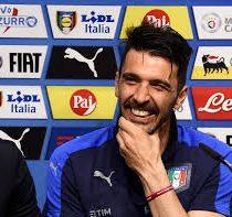 [VIDEO] Gianluigi Buffon sorprende jugando fútbol con unos niños durante sus vacaciones