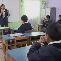 Profesora inicia campaña para que alumnos de escuela de Cerro Navia dejen de estudiar en containers