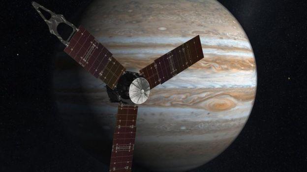 Esta imagen realizada por un artista muestra a Juno, que en su misión se prevé que le dé la vuelta a Júpiter más de 30 veces.