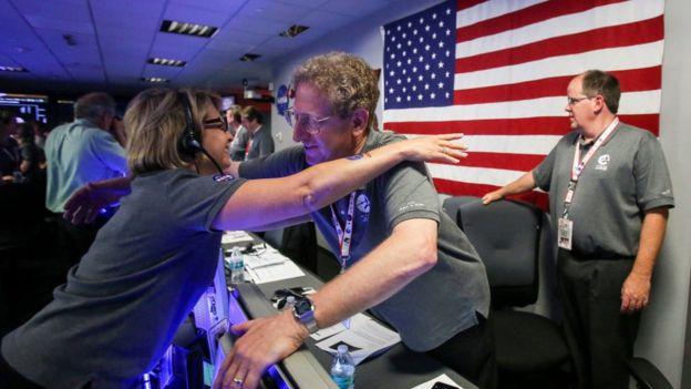 Escenas de júbilo se vieron en la sede de la NASA en Pasadena, California.