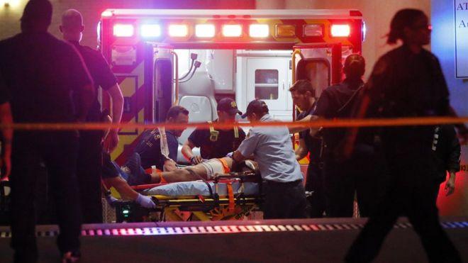 Los equipos de emergencia atienden a una de las víctimas.