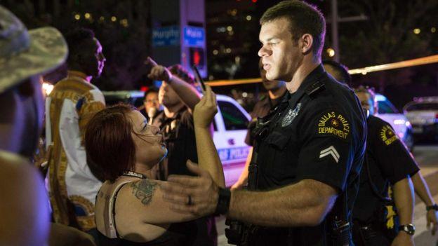 Y el ataque, que se produjo durante la misma, tuvo como blanco evidente a los policías.
