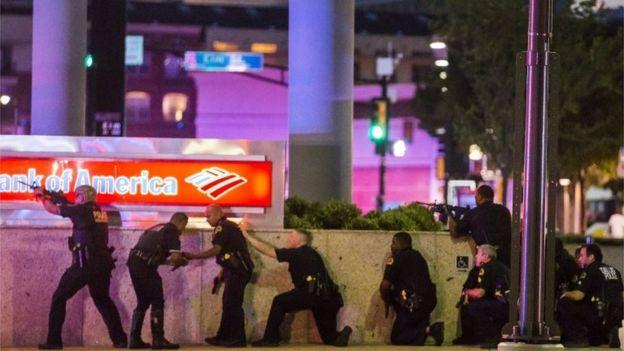 Según las autoridades, los francotiradores se posicionaron de forma triangular para rodear a los agentes policiales en el momento del ataque.