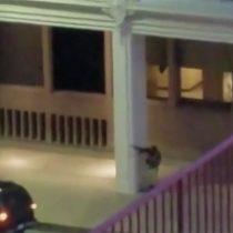 [VIDEO] El momento en que uno de los sospechosos de Dallas abre fuego con un fusil contra la Policía