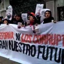 [VIDEO] Estudiantes protestan encadenados a la sede del Congreso en Santiago y piden la renuncia de Delpiano