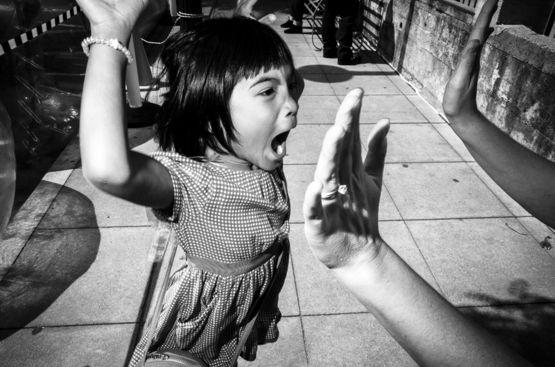 """""""Mi hija goza de su primera montada en poni, en Petaluma, California"""", dice Todd Bischoff de su imagen que compitió en la categoría Foto Callejera. """"'High Five' (¡Chócalas!) es parte de una serie actual en la que estoy trabajando llamada 'Conozcámonos'""""."""