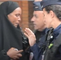 [VIDEO] Policía francesa ataca a una refugiada musulmana y a su bebé