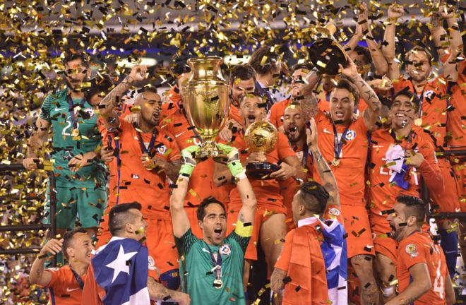 La conquista del bicampeonato de la Copa América en Estados Unidos contrasta con lo que ocurre en los torneos de fútbol profesional en Chile.