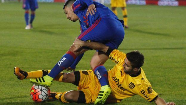 Los clubes chilenos han mantenido su preparación de pretemporada con la disputa de partidos amistosos, como el que jugador Universidad de chile contra Peñarol.
