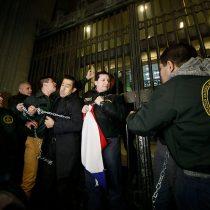 [Fotos] Gendarmes se encadenan al Ministerio de Justicia