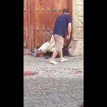 [VIDEO] El conmovedor momento en que un hombre le regala sus zapatillas a un mendigo causa furor en Facebook