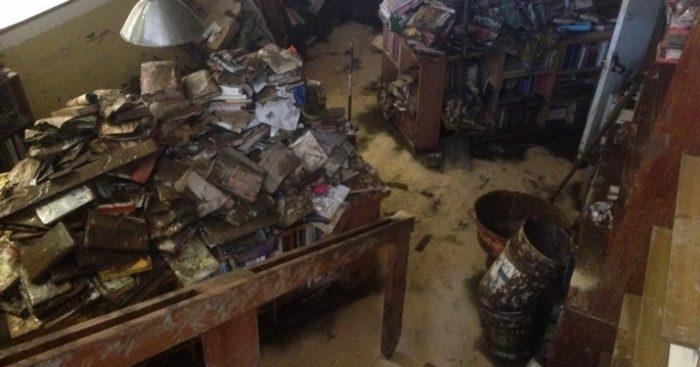 Resucitan con arte los libros muertos por el desborde del Mapocho
