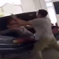 [VIDEO] Hombre golpea a su esposa y la mete en el maletero de su coche en plena gasolinera
