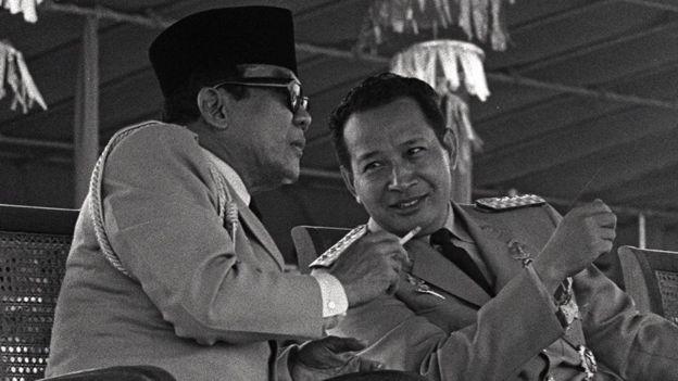 Sukarno delegó sus poderes ejecutivos en el general Suharto en 1967.