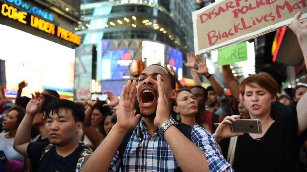 Centenares de personas también protestaron en la zona turística de Times Square en Nueva York (EE.UU.)
