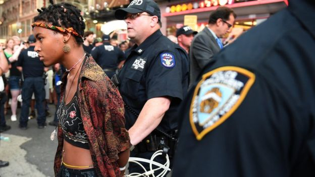 La policía de Nueva York arrestó a varios de los manifestantes este jueves por bloquear el tráfico.