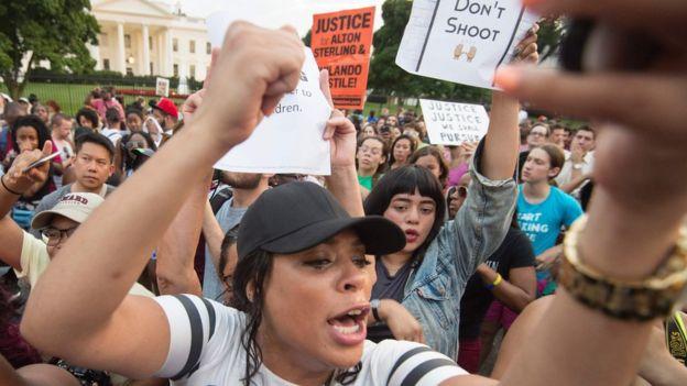 Decenas de personas también se concentraron frente a la Casa Blanca, en Washington D.C.