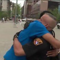 [VIDEO] El emotivo gesto de un policía hacia jóvenes afroamericanos en medio de la discusión racial en Estados Unidos