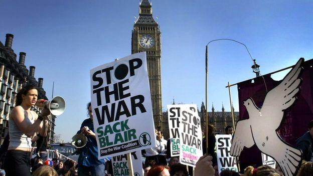 Muchos británicos se manifestaron contra la invasión de Irak.