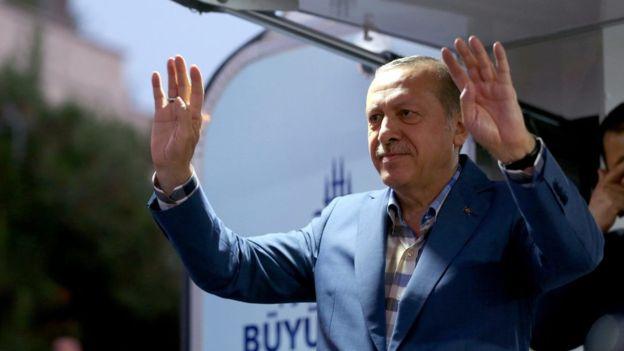 El presidente turco llamó a sus seguidores a salir a la calle para detener el intento de golpe de Estado. Horas después se reunió con una multitud que lo aclamaba.