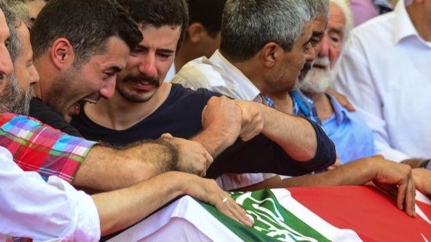 Los enfrentamientos ocasionados tras el intento de golpe de Estado en Turquía causaron centenares de muertes de civiles y funcionarios.