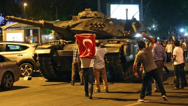 Los militares desplegaron tanques por las calles de Ankara, la capital de Turquía, pero ciudadanos salieron a manifestarse en contra de la acción militar.
