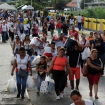 [VIDEO] Más de 100 mil venezolanos cruzan la frontera de Colombia para abastecerse de productos básicos