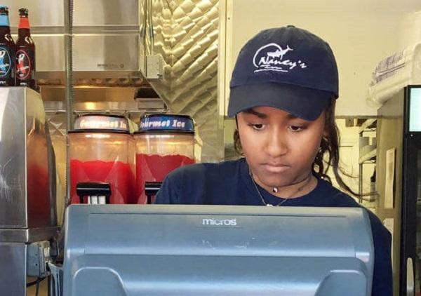 Hija menor de Obama es sorprendida trabajando como cajera en un restaurante