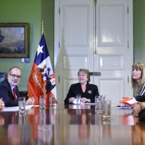 Gobierno empieza a apretar a las AFP: Bachelet recibe a Felices y Forrados y Super de Pensiones les prohíbe opinar de política contingente