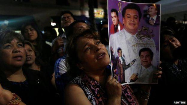 Los fans del cantante esperan la llegada de sus cenizas a México.