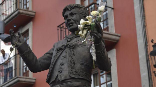 Los admiradores fueron a despedirse del artista en la Plaza Garibaldi, de Ciudad de México, donde hay una estatua en su honor.