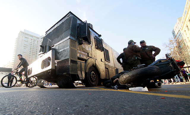 [Fotos] Carro lanzaaguas atropella a dos motoristas en Alameda