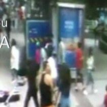 [VIDEO] El impresionante momento en el que un socavón de 10 metros se traga a los transeúntes en una ciudad de China