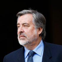 Guillier coquetea con el traje de candidato y fustiga el poder político de las AFP