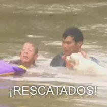 [VIDEO] Dramático rescate de una mujer a punto de ahogarse y su perro en las inundaciones de Luisiana, EE.UU.
