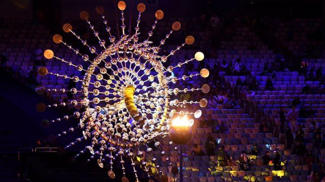 Coloridos carros con decorados gigantes y escuelas de samba son parte de la ceremonia de clausura de las Olimpiadas en el mítico estadio Maracaná.