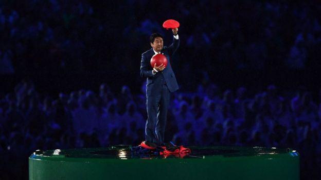 Shinzo Abe apareció en mitad del Maracaná disfrazado del personaje de videojuegos Mario Bros.
