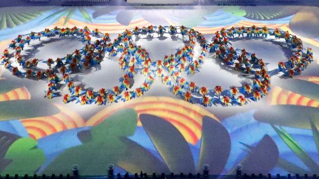 Coreografías, música en vivo y juegos de luces se desplegaron sobre el campo del Maracaná.