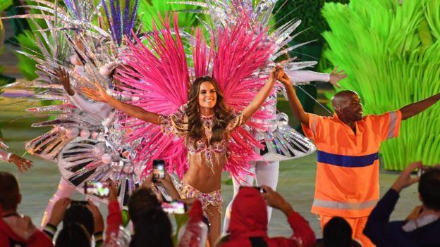 La ceremonia de clausura estuvo animada por danzarines que participan del carnaval de Río.