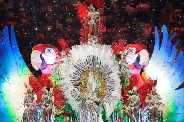 Río de Janeiro despide sus Juegos Olímpicos con samba, danzarines, carnaval y con Mario Bros