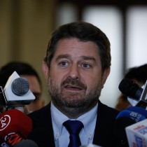 Orrego dice que la Intendencia se está preparando para lluvias de mañana pero llama a Aguas Andinas a tomar medidas