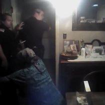 [VIDEO] El polémico registro de un policía estadounidense que rocía con gas pimienta a una mujer afroamericana